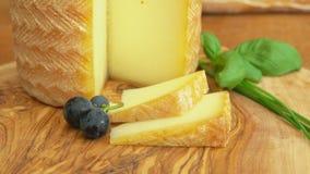 Cabeça Etorki do queijo com uma parte cortada video estoque
