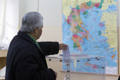 Cabeça grega dos eleitores às votações para a eleição geral 2015 Foto de Stock Royalty Free