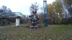 Cabeça movente do robô mecânico gigante do astronauta no parque Ucrânia Khmelnytskyi filme