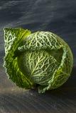 Cabeça orgânica crua do couve-de-milão Fotografia de Stock