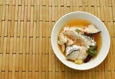 Cabeça picante dos peixes dos salmões e cogumelo de palha na sopa de Tom Yum na bacia foto de stock
