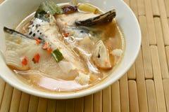 Cabeça picante dos peixes dos salmões e cogumelo de palha na sopa de Tom Yum na bacia fotos de stock royalty free