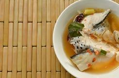 Cabeça picante dos peixes dos salmões e cogumelo de palha na sopa de Tom Yum na bacia imagens de stock royalty free