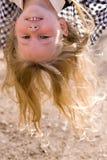 Cabeça sobre a face dos saltos da menina foto de stock