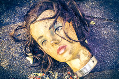 A cabeça suja da boneca do manequim foi deixada em uma descarga de lixo Fotografia de Stock