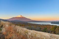 Cabeça vermelha Beni Fuji no lago Yamanaka durante a opinião franco do nascer do sol Fotografia de Stock