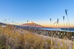 Cabeça vermelha Beni Fuji no lago Yamanaka durante a opinião franco do nascer do sol Fotografia de Stock Royalty Free