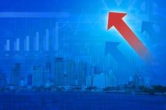 Cabeça vermelha da seta com carta e gráficos financeiros no backgroun da cidade Fotografia de Stock Royalty Free
