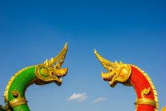 Cabeças da estátua de Naka ou de Naga ou de serpente com céu azul Imagens de Stock Royalty Free