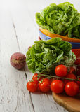 Cabeças da salada e cereja frescas do tomate Fotos de Stock Royalty Free