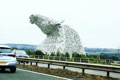 Cabeças de cavalo visíveis de uma distância, Kelpie perto de Falkirk em Escócia, Reino Unido Imagens de Stock