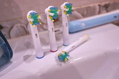 Cabeças de reposição da escova para a escova de dentes elétrica Limpe muito mais eficazmente foto de stock