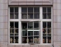 Cabeças do manequim que olham fixamente em uma viúva urbana imagens de stock