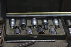 Cabeças do parafuso para a fixação do carro na oficina de reparações Imagens de Stock