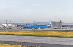 Cabeças dos aviões de KLM à pista de decolagem Foto de Stock