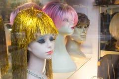Cabeças melancólicas do manequim com perucas funky Fotografia de Stock