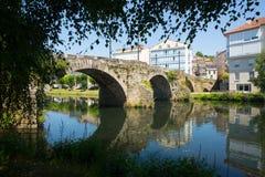 Cabe河和老桥梁在蒙福尔特德莱莫斯 免版税库存照片