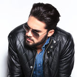 Cabeça de um homem da forma com a barba que olha ao lado Foto de Stock