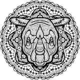 Cabeça desenhado à mão de um rinoceronte no teste padrão tribal circular do fundo coloração Foto de Stock