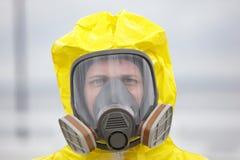 Cabeça do homem na máscara de gás moderna Fotografia de Stock