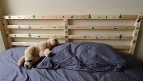 Cabeceira de madeira da cama com decoração Fotografia de Stock