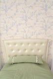 Cabeceira de uma cama individual com um descanso de lance Clássicos modernos w Fotografia de Stock