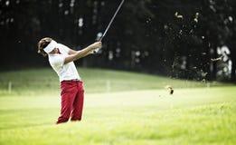Cabeceo de la mujer en el campo de golf. Foto de archivo