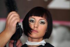 Cabeleireiro (barbeiro) com modelo Imagem de Stock