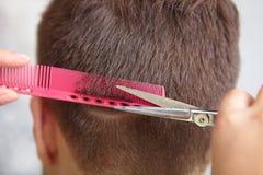 Cabeleireiro. Corte de cabelo do ` s dos homens. Corte. Imagens de Stock Royalty Free