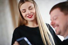 Cabeleireiro da mulher com olhos fechados que sorri para equipar fotos de stock