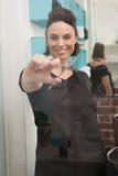 Cabeleireiro de sorriso que guarda tesouras do cabelo Fotografia de Stock