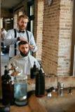 Cabeleireiro dos homens Homem Barber Doing Hairstyle In Barbershop fotografia de stock royalty free