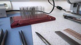 Cabeleireiro e acessórios do barbeiro em um cabeleireiro filme
