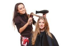 Cabeleireiro e mulher nova Fotografia de Stock