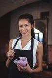 Cabeleireiro fêmea que guarda a bacia de tintura de cabelo foto de stock royalty free