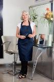 Cabeleireiro fêmea superior Standing At Salon Fotografia de Stock Royalty Free