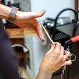 Cabeleireiro profissional com um cliente no salão de beleza fotografia de stock