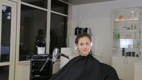 Cabeleireiro profissional, estilista que prepara a menina adolescente para hairdress filme