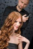Cabeleireiro profissional no salão de beleza luxuoso fotos de stock royalty free
