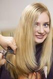 Cabeleireiro que dá um corte de cabelo novo Fotos de Stock