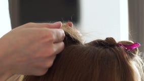 Cabeleireiro que faz o cabelo bouffant para o penteado do volume para o fim de cabelos compridos da mulher acima Barbeiro que usa vídeos de arquivo