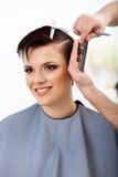 Cabeleireiro que faz o penteado Morena com cabelo curto no salão de beleza fotos de stock