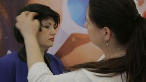 Cabeleireiro Uses Hairspray para prender o penteado vídeos de arquivo
