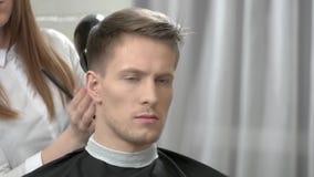 Cabello seco del peluquero del cliente almacen de video