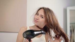 Cabello seco moreno de la mujer Retrato del cabello seco de la mujer hermosa en la mañana metrajes
