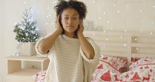 Cabelo adusting da jovem mulher calma na cama fotografia de stock royalty free