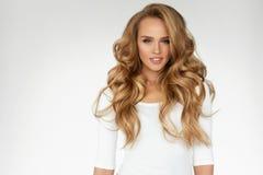 Cabelo curly bonito Menina com o retrato longo ondulado do cabelo volume Fotos de Stock