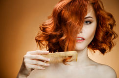 Cabelo Curly e pente Imagem de Stock