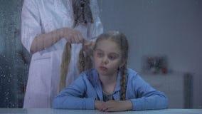 Cabelo das meninas da trança do baby-sitter atrás da janela chuvosa, cuidado no orfanato, beleza filme