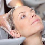 Cabelo de lavagem no salão de beleza de cabelo Fotografia de Stock